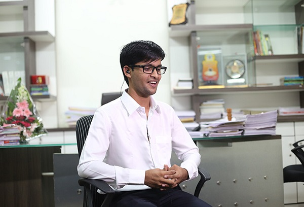 autorickshaw driver son goes on to become india youngest ias officer