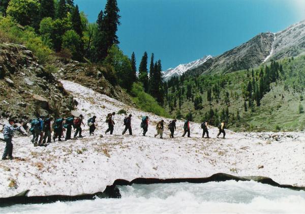 glacier trekking routes tracker baralacha