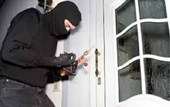 thief in noida target 2 house