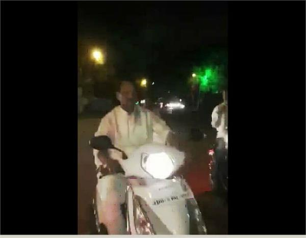 jharkhand cm is seen riding a scooter without a helmet