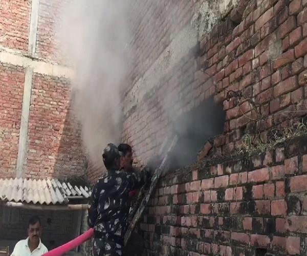 a fierce fire in the warehouse of transport nagar