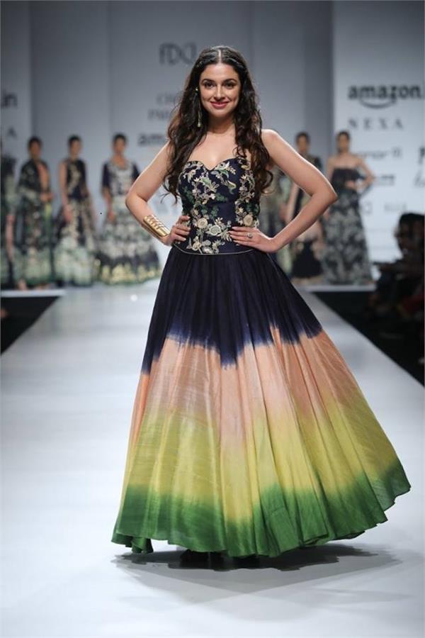 bollywood actress divya khosla kumar walk the ramp for designer charu parashar