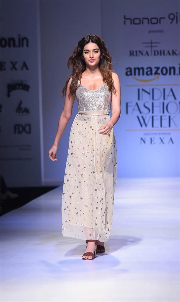AIFWSS18 Day2: रीना ढाका के लिए रैंप वॉक करती दिखीं Nidhhi Agerwal
