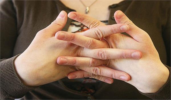 अंगुलियां चटकाने का शौंक हैं तो जान लें इसके नुकसान