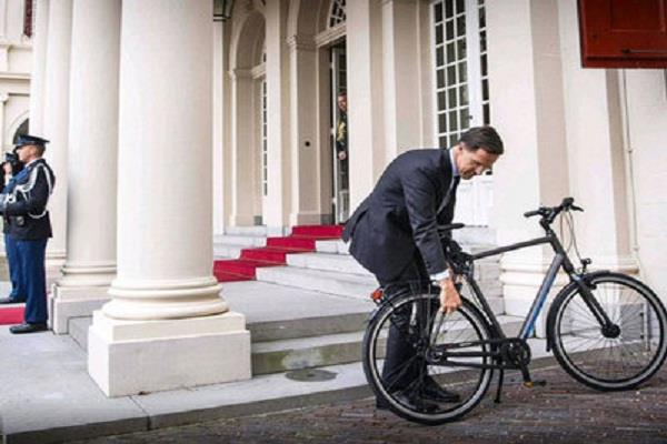 pm viral photo arrives to meet king on bicycle