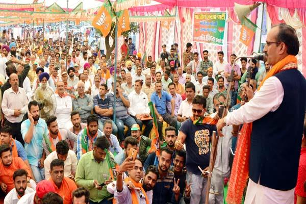 satti  s sharf attack  congress created rain shelter of 25 lakh for contractors