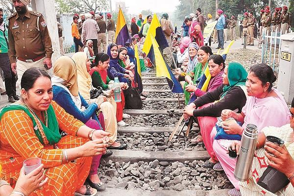 victims of pearl and chitfund companies junked railway track and recalled to cm