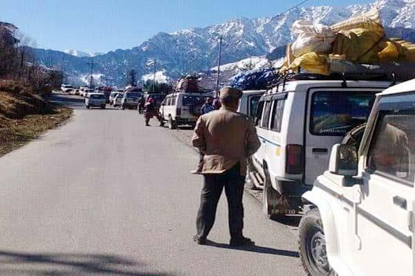 30 vehicles stranded in minus 12 degree temperature till 8 hours