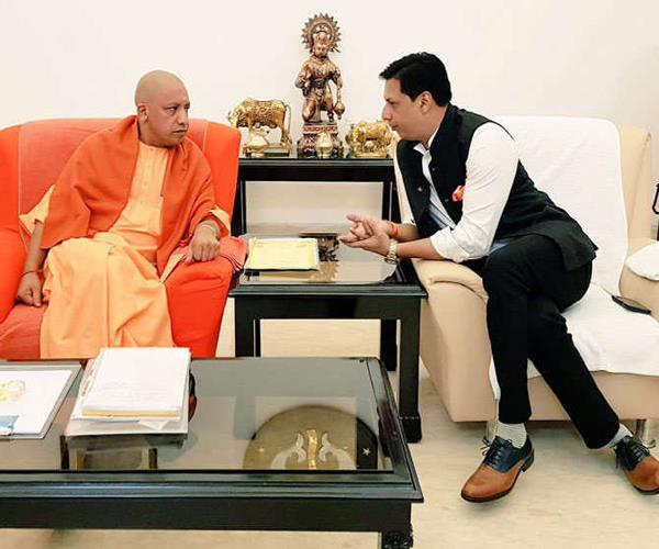 madhur bhandarkar  film director met cm yogi  can make a movie on up