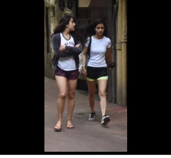 दोस्त संग जिम के लिए निकलीं सैफ की बेटी, शार्ट पैंट पहन हुई कैमरे में हुईं कैद