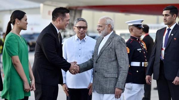 asean summit  modi meets  world leaders in manila