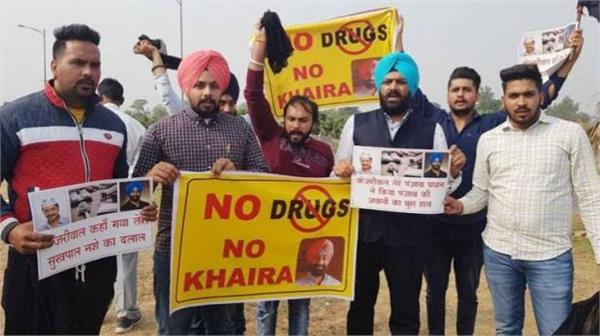 congress and akali dal workers display black flags to kejriwal