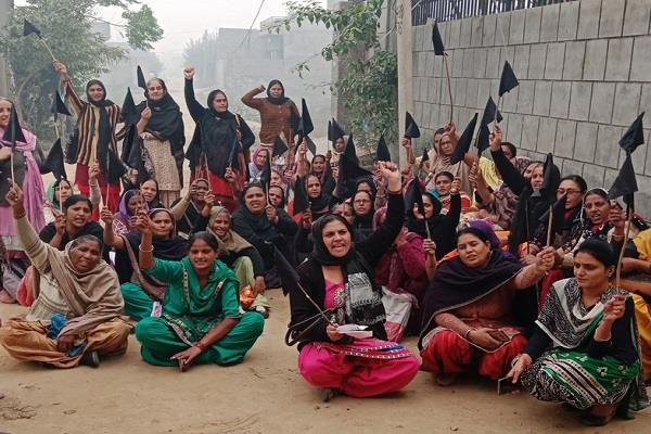anganwadi workers and helpers of pre nursery classes protested
