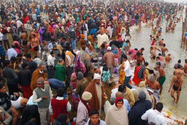 more than 1 lakh devotees plunge into faith in kautik purnima