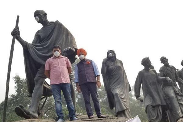 kapil mishra masked the statue of mahatma gandhi