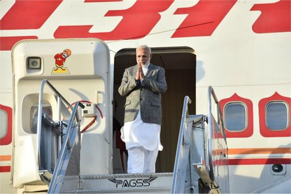 pm modi seen in new look on philippines tour