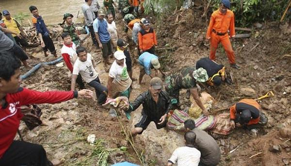 indonesia  cyclone kills 19  most under landslide