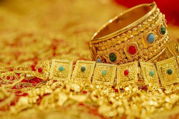 gold prices on 2 week high  silver prices fall