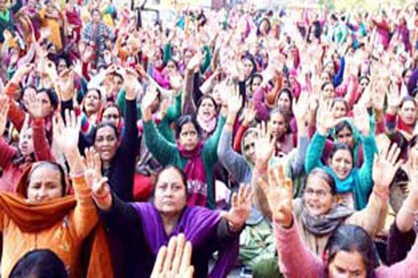 anganwari workers stage protest against govt