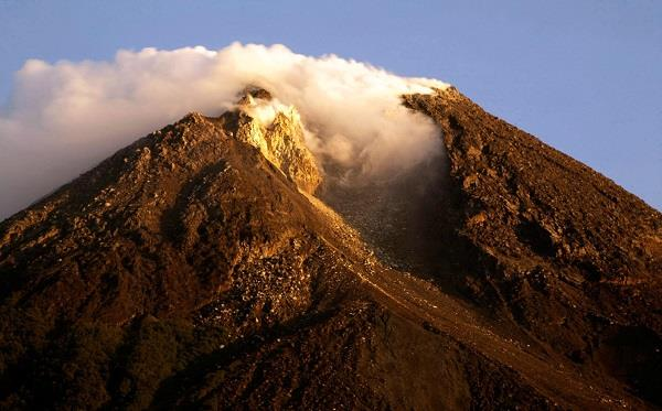 indonesia  bali volcano highest alert issued