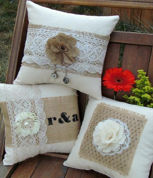 Pillow Cover से करें घर की सजावट