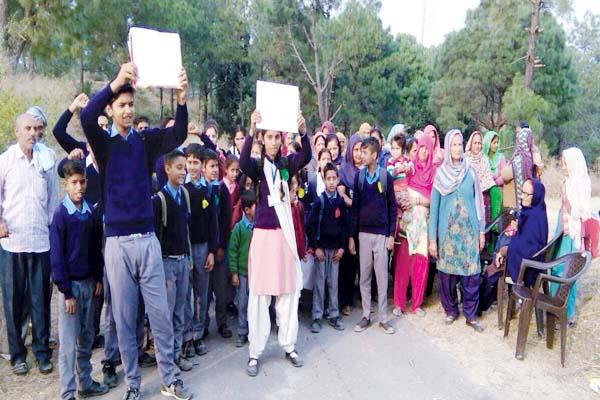 students against liquor shop  fiercely sloganeering