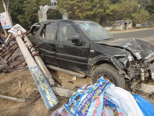 uncontrollable safari collides with electric pole after tire bursts