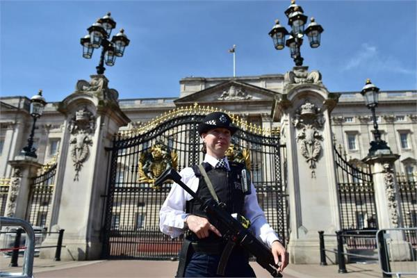 man arrested trying to climb wall at uk  s buckingham palace