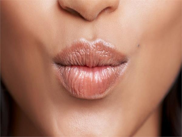 सर्दियों में इन गलतियों के कारण होंठों का रंग हो जाता है काला