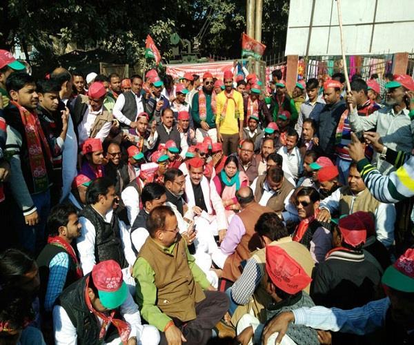 sp worker in protest against yogi sarkar