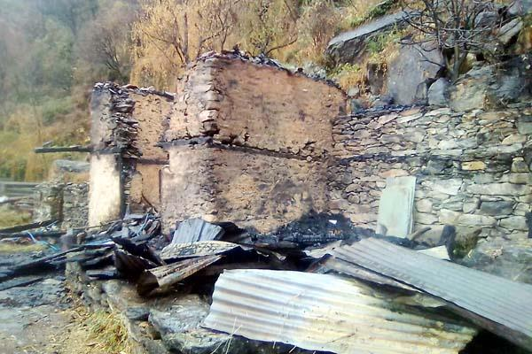 firece fire in aani 3 storey houses and cattleshed change in ashes