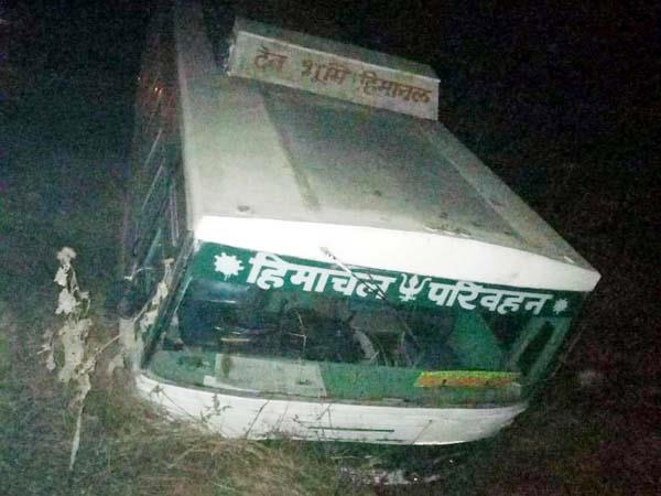 hrtc bus crashes  2 injured including woman
