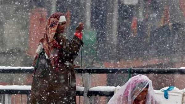 svere cold in kashmir  life disturbed