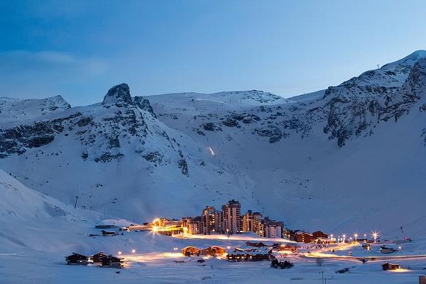 स्कीइंग करने के लिए इन खूबसूरत जगहों पर जाते हैं लोग