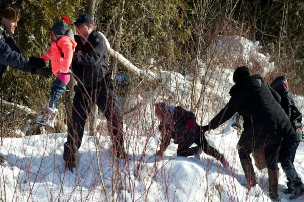 22 migrants flee us to seek asylum in canada