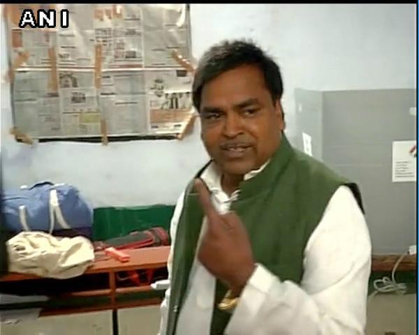 gayatri prajapati without line doing voting