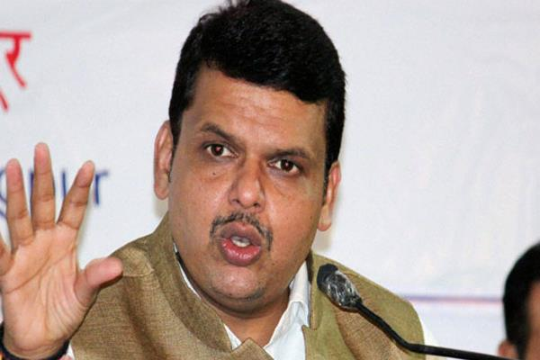 fadnavis urges doctors to end the strike