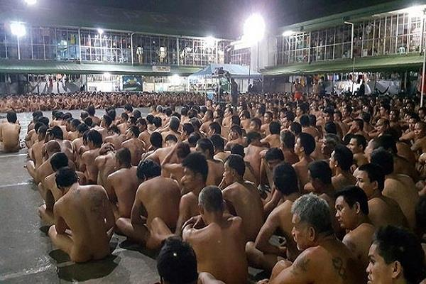 prisoners stripped naked during raid for drugs in philippine