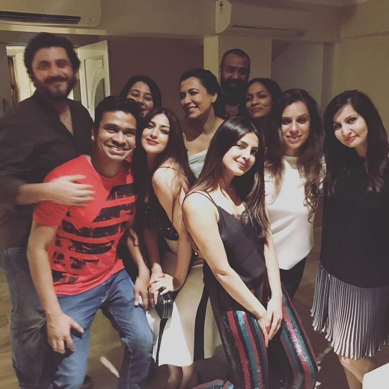 हॉलीवुड से आते ही प्रियंका ने दी पार्टी,कूल लुक में दिखे सितारे