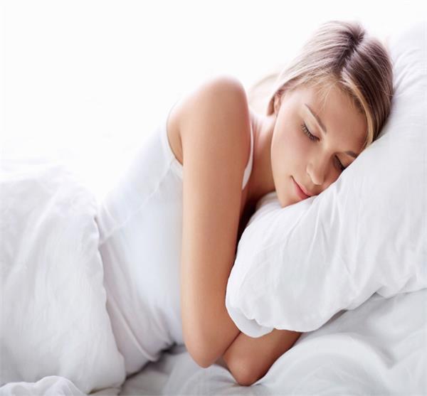 रात को ब्रा पहन कर सोती हैं तो होगी ये