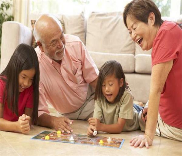 बहुत कुछ कहता है दादा-दादी और पोता-पोती का रिश्ता