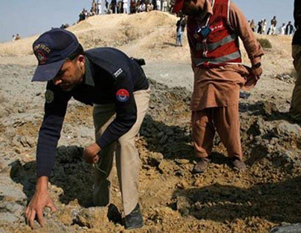 landmine blast hits van in pakistan  10 killed