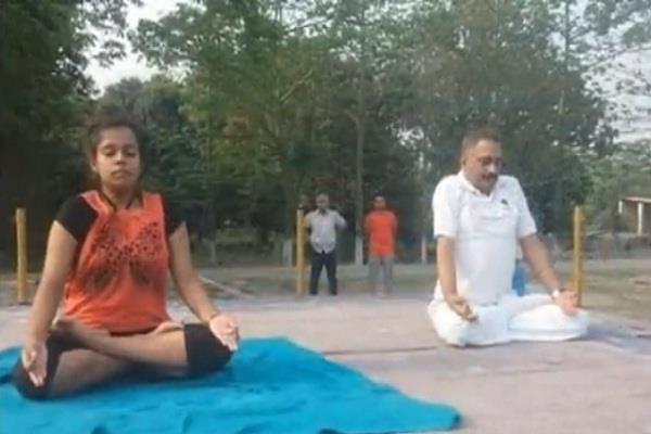 shreya tyagi is teaching yoga to bihar police