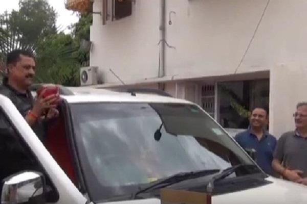 jammu kashmir assembly speaker removes beacon light from his official car