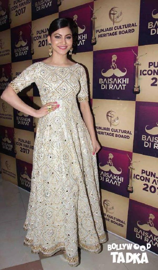glamorous look of urvashi rautela in award function