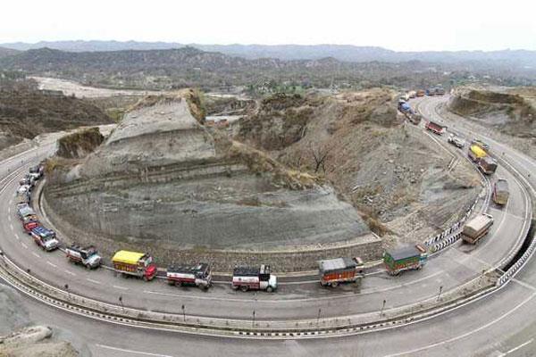 one sided traffic continued on jammu srinagar national highway