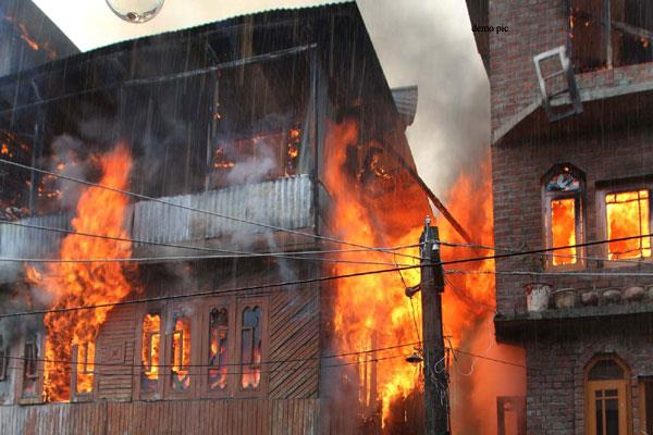 5 shops gutted in fire in baramula
