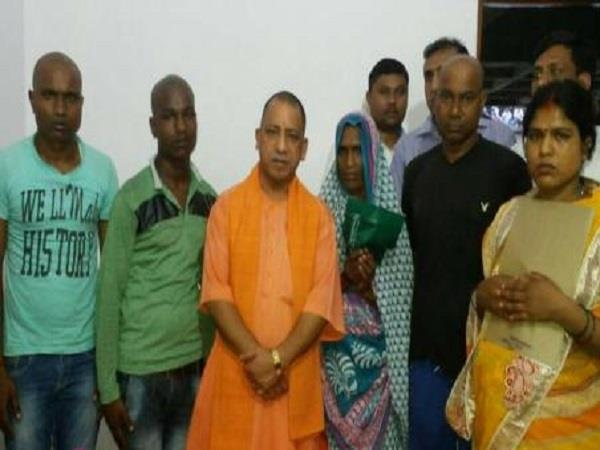 cm yogi met relatives of shaheed premasagar financial help