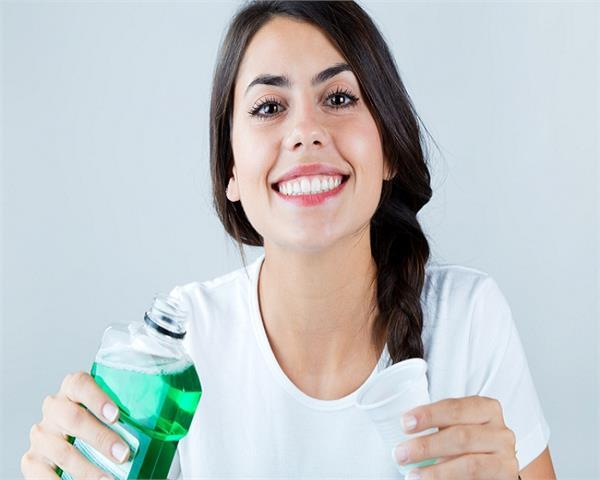 सांसो की बदबू ही नहीं, Mouthwash से मिलेंगे और भी कई फायदे