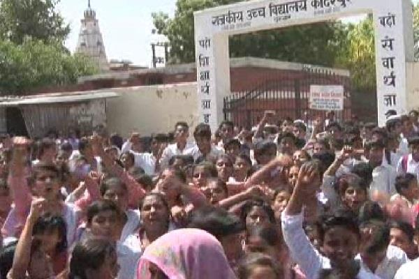 students of 10th class sit on the fence